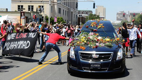 L'émouvante procession funéraire à travers Louisville