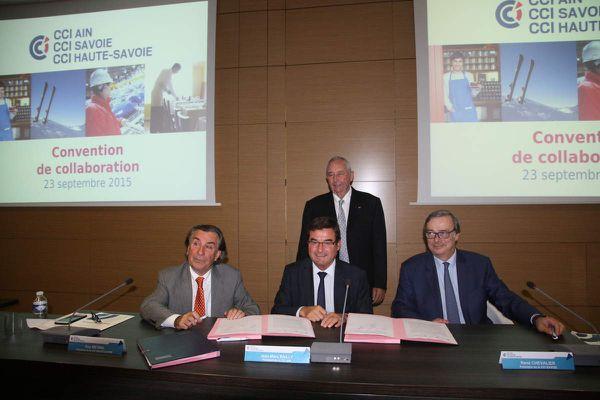 Les présidents Jean-Marc Bailly, CCI Ain (au centre), René Chevalier, CCI Savoie (à droite), Guy Métral, CCI Haute-Savoie (à gauche), et Jean-Paul Mauduy, CCI Rhône-Alpes (debout).