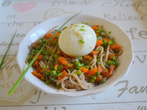 Oeuf mollet sur lit de soba aux légumes