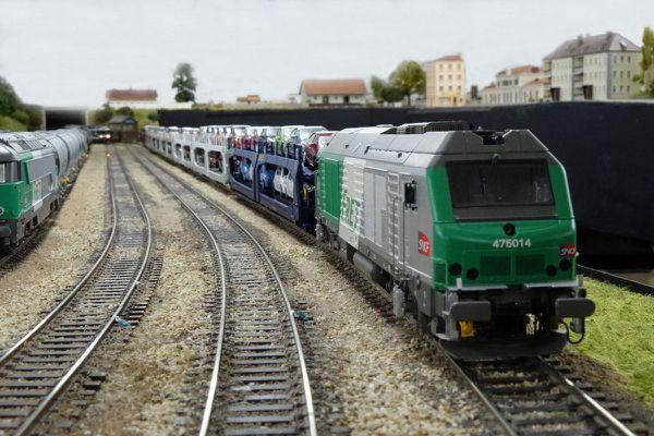 Des voitures sur un train