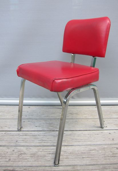 CHAISE VINTAGE SIMILI ROUGE POP DESIGN  A RESTAURER