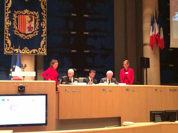 Signature du contrat de plan entre le 1er Ministre et le Président de la Région après son adoption par l'assemblée plénière (l'UMP et le FN ont voté contre ...).