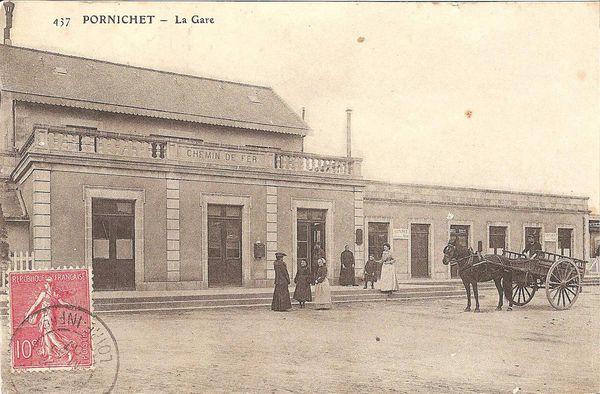 Au centre, le bâtiment des voyageurs et au-dessus le logement du chef de gare