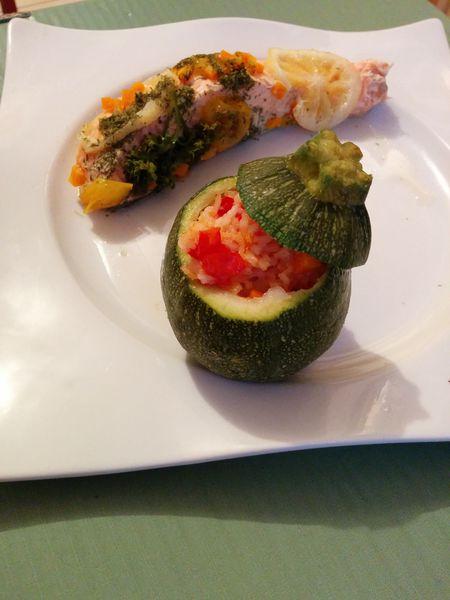 Courgettes farcies aux petits légumes &amp&#x3B; son saumon parfumé