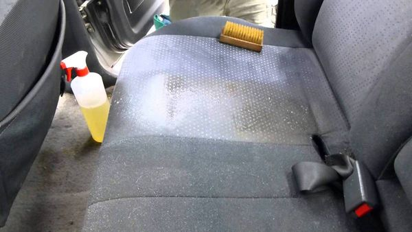 Chassez les mauvaises odeurs de votre voiture avec cette astuce simple et efficace.