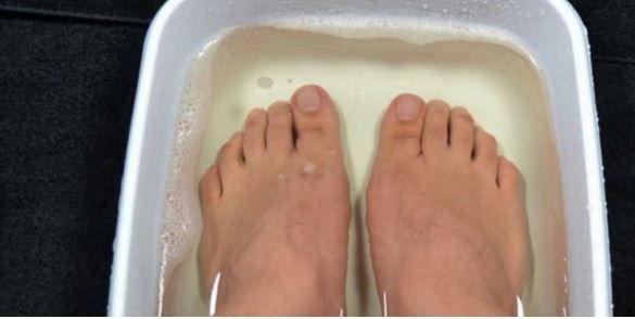 Cet homme plonge ses pieds dans du vinaigre de cidre pendant 10 minutes : Vous aurez certainement envie d'essayer !