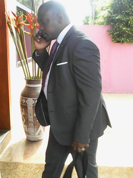 M. Sylla faisant son entrée dans l'une des salle de conférence de l'hôtel NSA , à Grand-Bssam