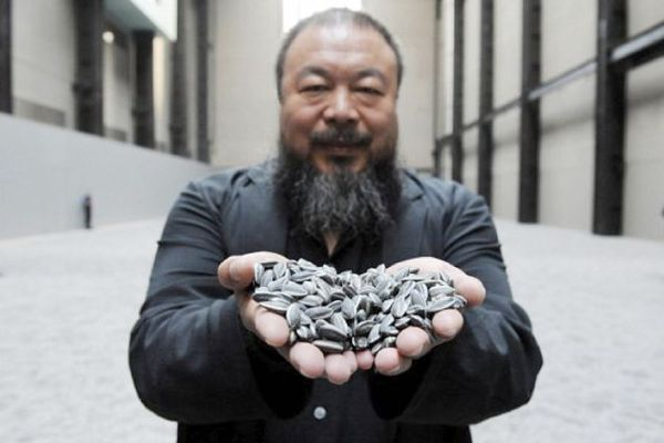 "Ai Weiwei (portrait de l'artiste avec ""Sunflower Seeds"", Tate Modern, London 2010)"