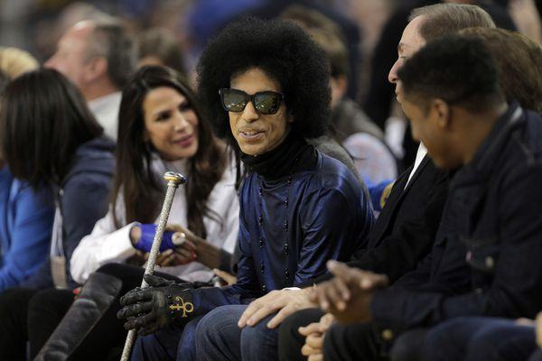 Prince assiste à un match des San Fransisco Warrior en Californie le 3 mars 2016