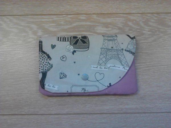 Porte cartes (pour 6cartes )coloris vieux rose et tissu Paris gris et noir, qui se ferme avec une pression grise aussi.