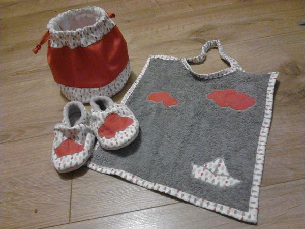 l'ensemble trois pieces:chausson taille 23, le grand bavoir et le pochon!!