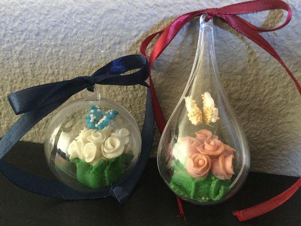 Boule de Noël et petit bouquet de roses