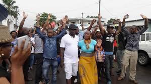 Manifestation dans une rue à Douala