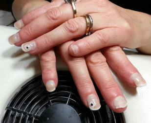 prothesiste ongulaire blog Une belle manucure commence par le soin des mains on lave, gomme, et hydrate les mains ensuite, on prend soin des cuticules et on lime les ongles.