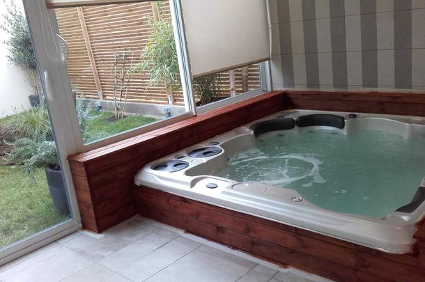 jacuzzi semi enterr semi enterres amenagement piscine enterree quel est le prix dune piscine. Black Bedroom Furniture Sets. Home Design Ideas