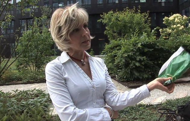 Evelyne Dhéliat, animatrice en charge de la météo sur TF1, s'énerve contre une passante...
