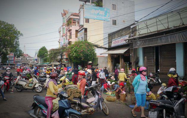 Vendredi 27 Mars 2015 – Vietnam à vélo – Sur la route 14, de Pleiku à Ea Drang, ça grouille d'activité…