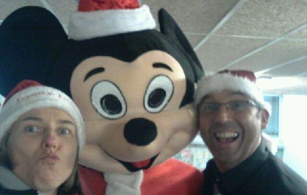 Mickey en personne et partie de belote.