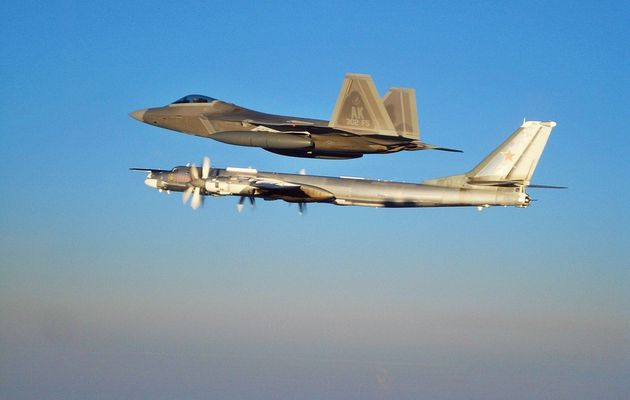 Des F-22 et des F-15 de l'USAF interceptent quatre bombardiers russes Tu-95