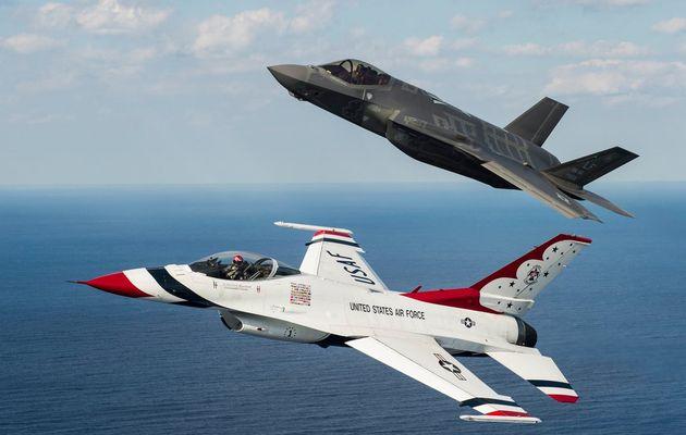 PHOTOS - Les F-16 Thunderbirds en vol avec un F-35A de l'US Air Force