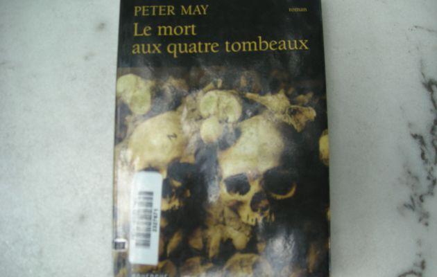 Le mort aux quatre tombeaux de Peter May