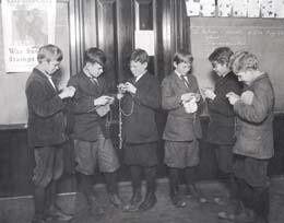 Les enfants aussi tricotent pour les soldats des tranchées...