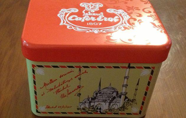 """Petite boîte de métal rouge pour vos bonbons turcs , le """"akide """""""