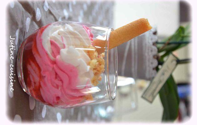Verrine à la fraise biscuitée et chantilly bicolore