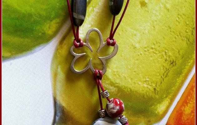 Collier cordon de cuir rouge bordeaux.