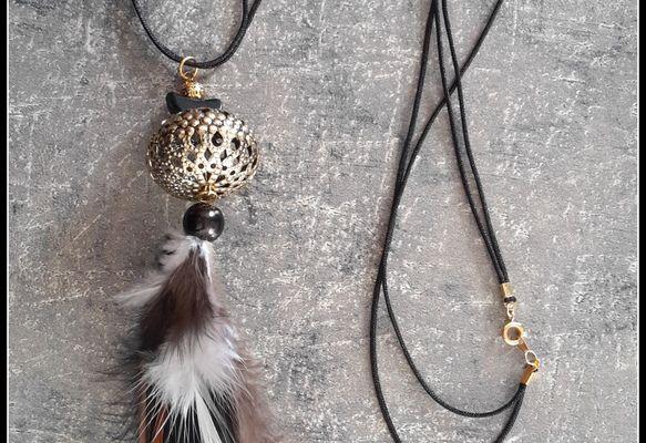 Un sautoir dans l'air du temps , trés jolies plumes naturelles , perles métal ciselé d'un style baroque !