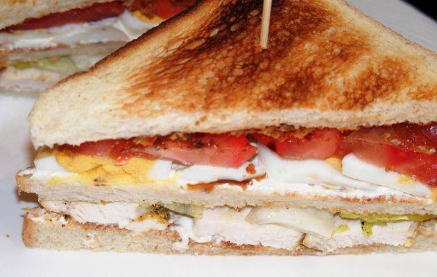Club sandwich au poulet, oeuf et lard