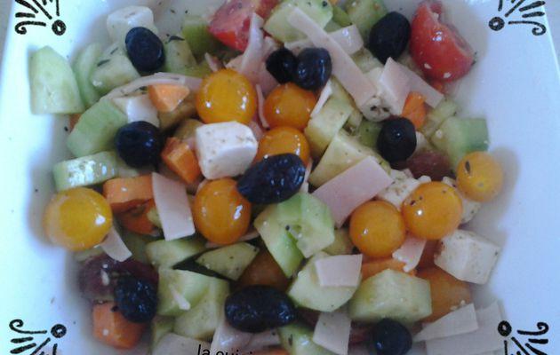 Salade concombre, tomate, feta et poulet