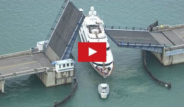 VIDEO - un pont basculant s'abat au passage d'un super-yacht à Miami