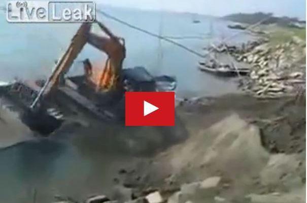 VIDEO - ils tentent de charger une pelleteuse et coulent leur barge