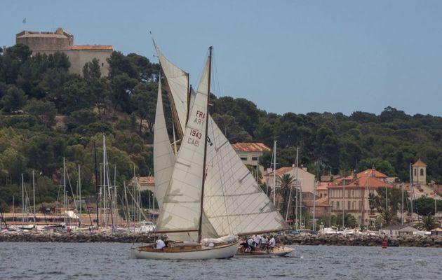 40 voiliers classiques régatent à Porquerolles (83)