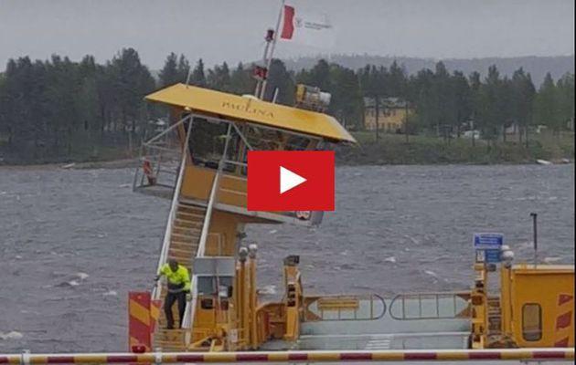 VIDEO - En Suède, la passerelle d'un bac arrachée par le vent
