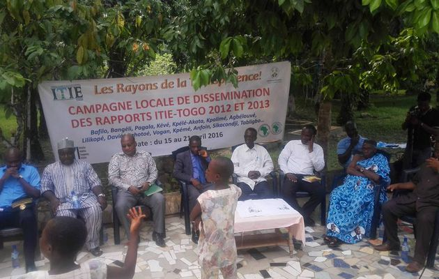 L'équipe de l'ITIE-Togo sur le site d'exploitation de l'eau Clever.