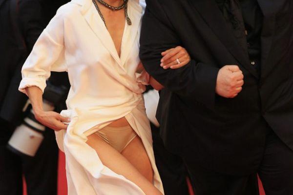Sophie Marceau dévoile sa culotte sur les marches ! #Cannes2015