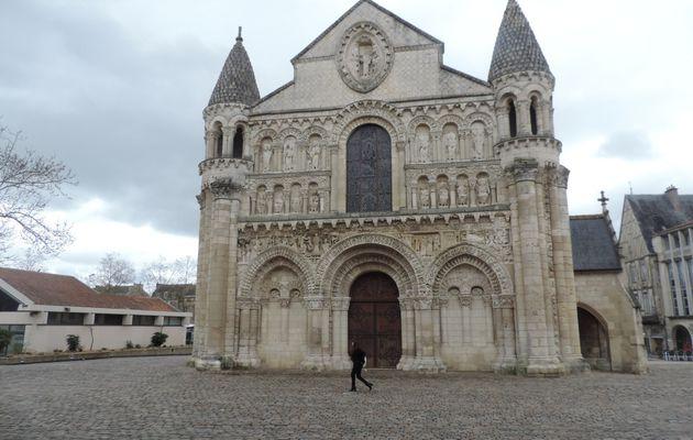 Notre Dame La Grande un livre d'image en pierre.