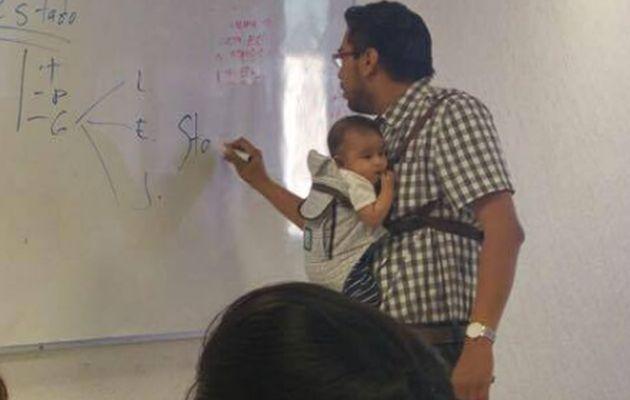Un profesor cuida al bebé de una alumna para que ella pueda tomar apuntes en clase