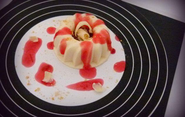 Panna cotta, coulis de rhubarbe et chocolat blanc