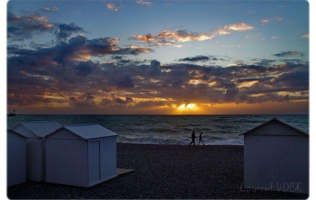 Se promener sur les galets au coucher du soleil...