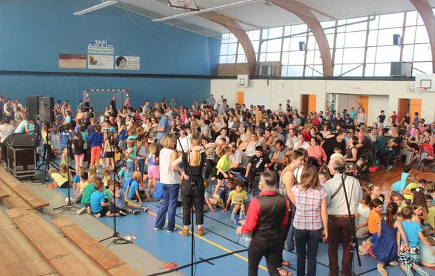400 élèves de primaires chantent à l'unisson