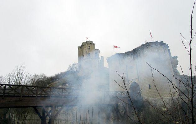 Lavardin : la fumée sous les remparts