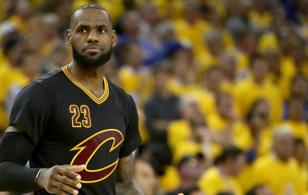 Kyrie Irving encense LeBron James après le Game 5 des Finales NBA