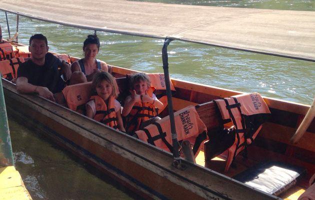 #kanchanaburi en longtail boat sur la rivière kwaï. Découvrez la #thailande avec SAWADI SAIYOK Jungle Adventure. www.sawadi-saiyok.com #longtailboat #bateau #rivierekwai #vacance
