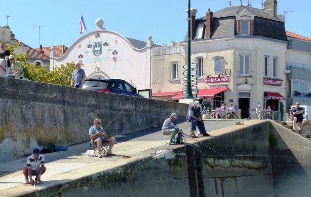 Pêcheurs à la ligne sur les quais de la Chaume aux Sables d'Olonne
