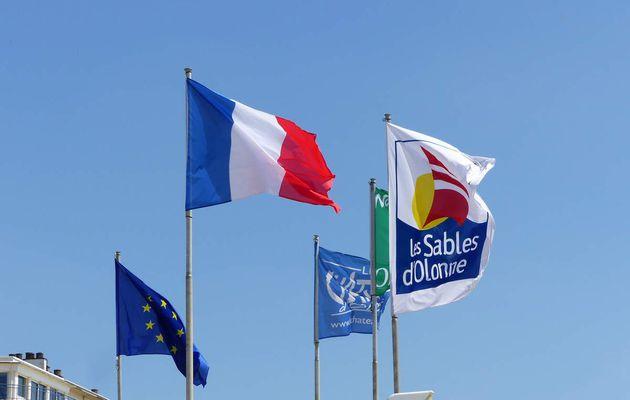 Les drapeaux flottent sur la baie des Sables d'Olonne