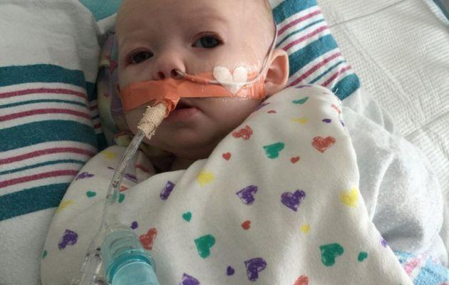 """""""Maintenant, elle est toujours hospitalisé et a failli mourir à la suite de leur lutte contre un virus syncytial respiratoire très grave,» écrivait-il."""