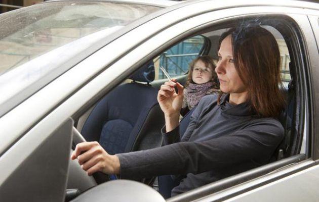 L'interdiction de fumer en voiture avec des mineurs